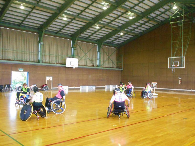 選手は体育館で練習