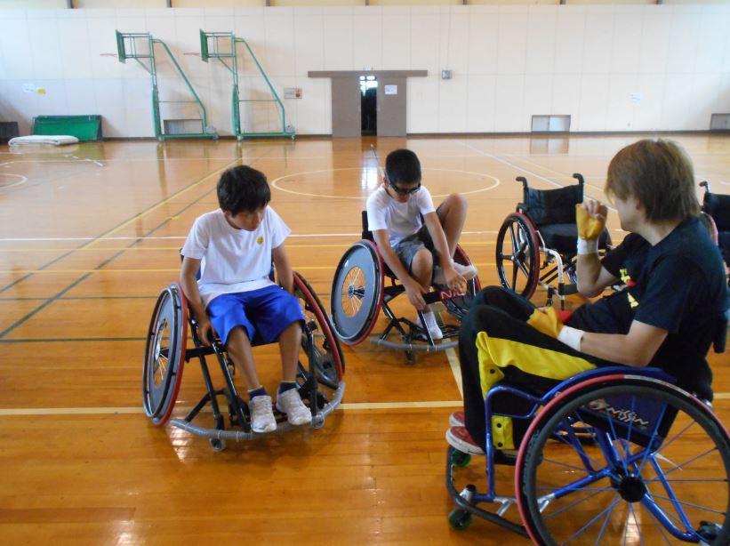 バスケ用車椅子に試乗
