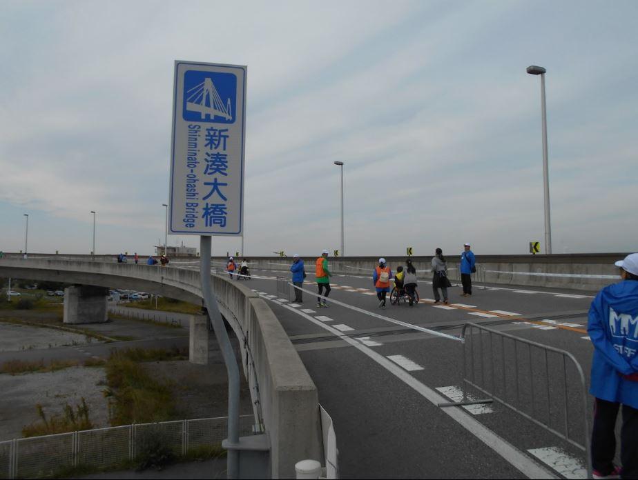 選手が新湊大橋を押してもらう!