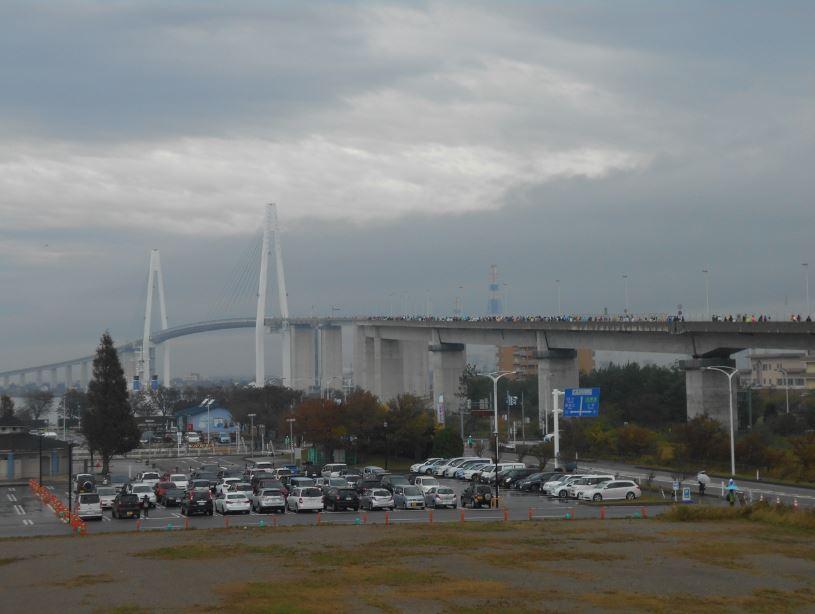 曇り空の新湊大橋